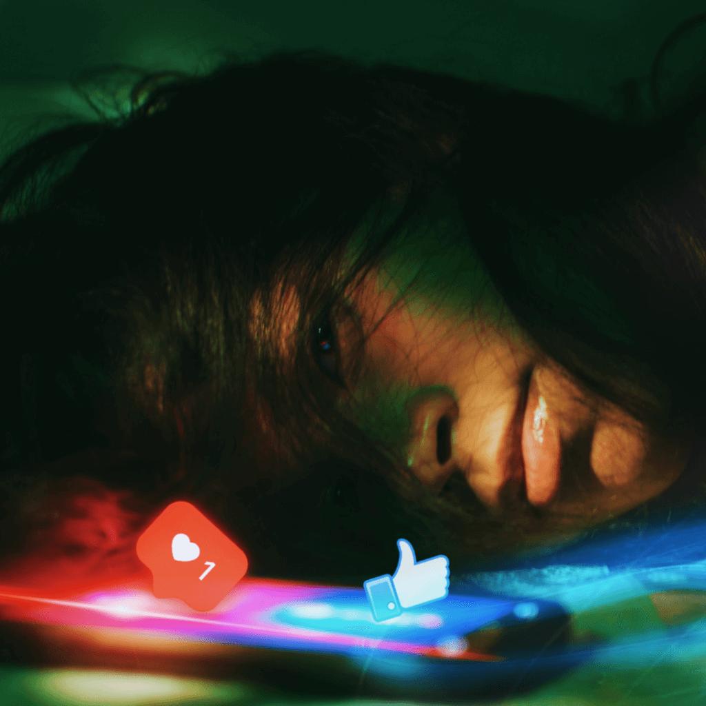 deprimierte Frau und Handy mit Like Zeichen von Facebook und Instagram, Klicken für Übersichtsseite Sociseller Coaching