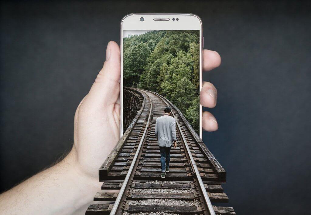 Mann läuft auf Schienen in der Natur, innere Mitte finden